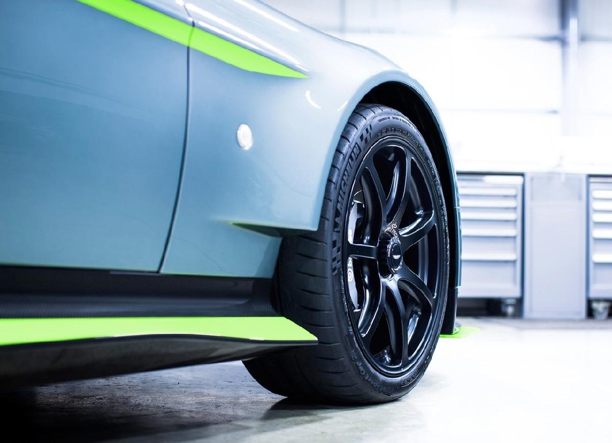 Aston_Martin-Vantage_GT8-2017 (2).jpg