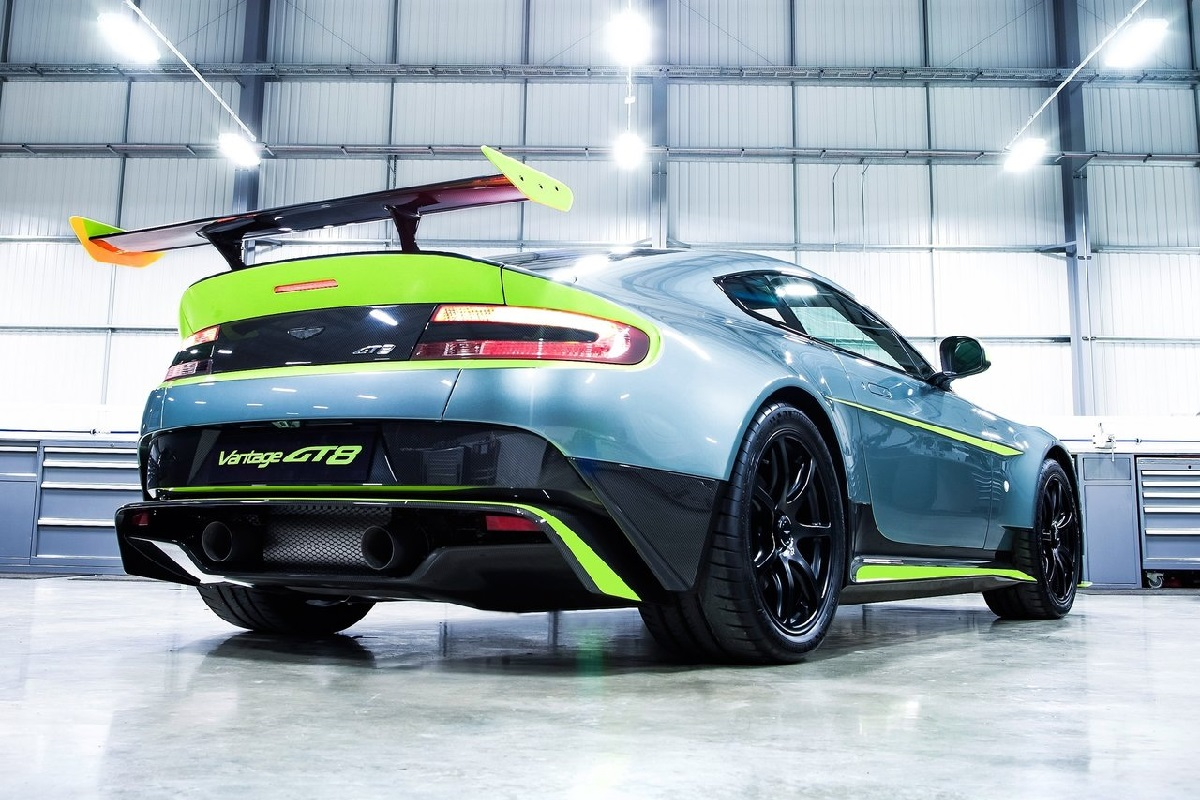 Aston_Martin-Vantage_GT8-2017 (5).jpg