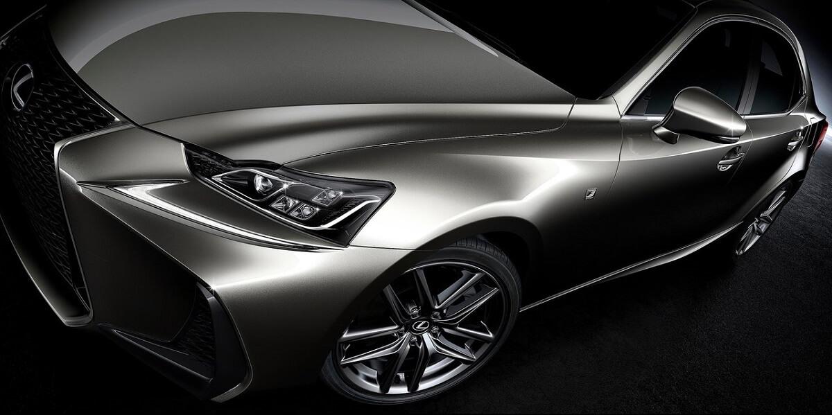 搭載2.0升先進雙渦流增壓引擎,IS 200t以世界首創汽缸頭整合排氣歧管的單渦輪雙渦流技術,並超越同級車規格,採用油冷、氣冷,以及通常只有性能跑車才搭載的直接式水冷技術,透過安裝於引擎本體的水冷式中央冷卻器,利用流動的冷卻水帶走空氣的高溫,大幅提升渦輪反應,以及渦輪使用壽命。在原廠調校下,IS 200t擁有245 PS的高動力輸出及35.