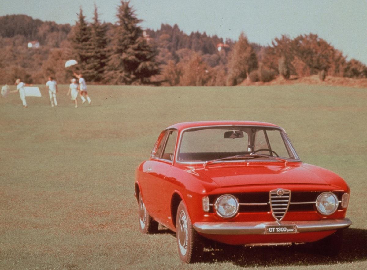 Alfa_Romeo-Giulia_Coupe_1300_GT_Junior-1966 (2).jpg