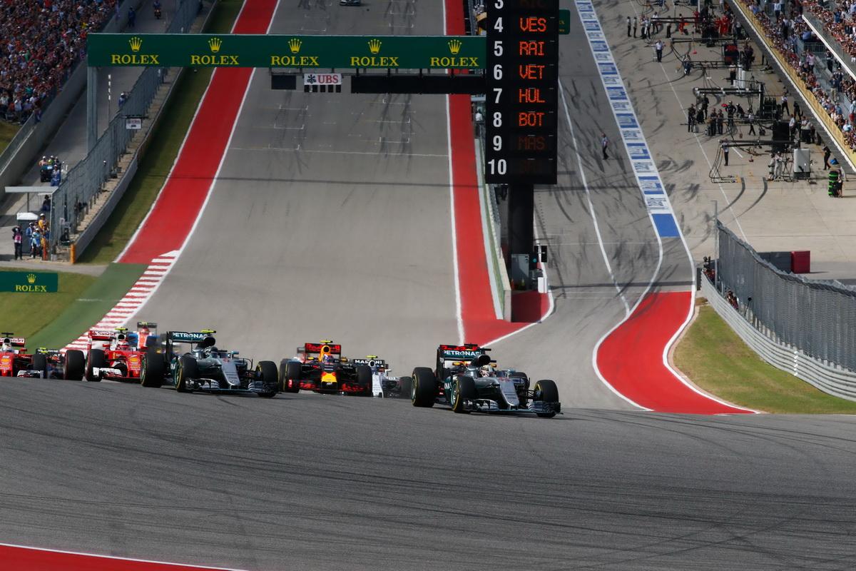 Lewis Hamilton於一開賽便完美起跑,以穩健步伐維持領先位置,力拼年度車手冠軍寶座.jpg