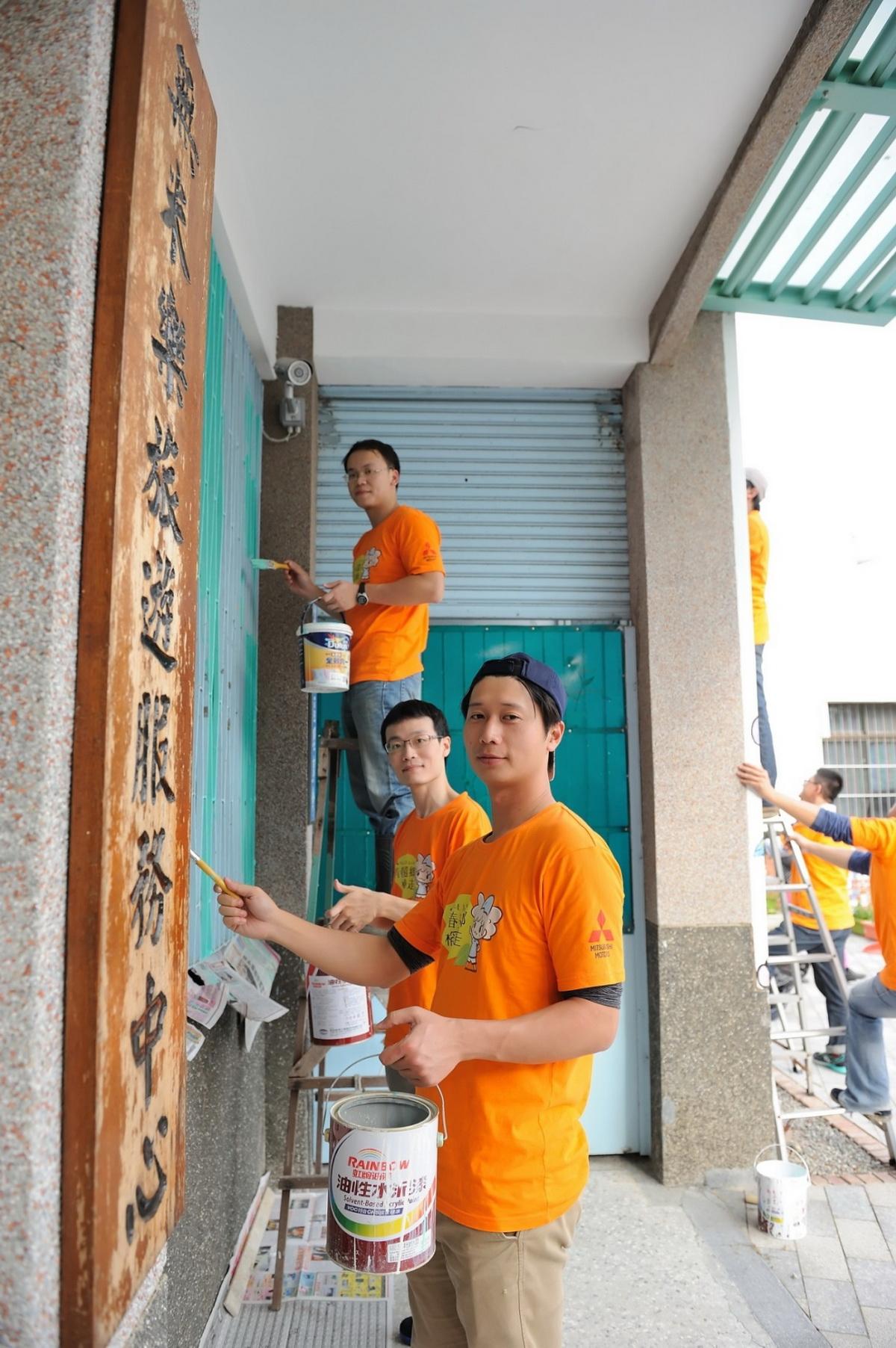 中華汽車志工協助後壁社區清潔工作 讓爺爺奶奶有一個全新家園 .jpg