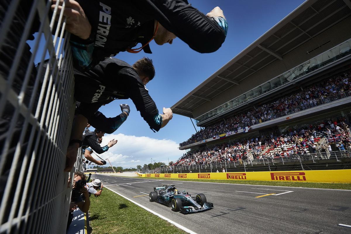 Lewis Hamilton雖然一開始被Sebastian Vettel超越,但最後藉由車隊的巧妙策略安排與自身的速度優勢,最終奪得冠軍.jpg