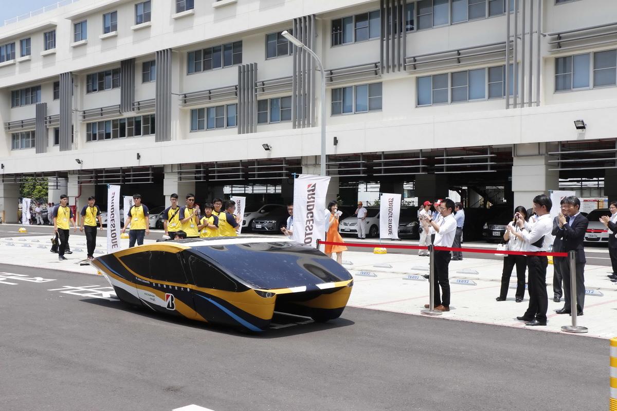 太陽能車繞場4.jpg