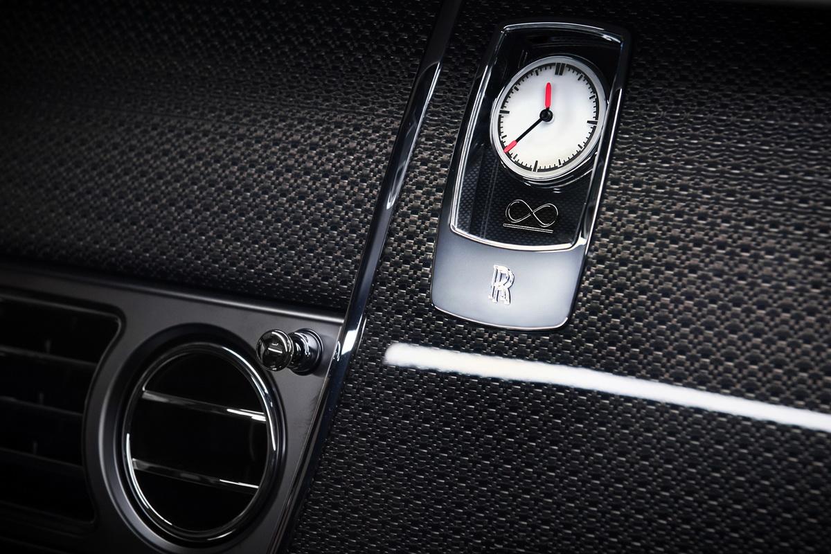 Black Badge系列的專屬時鐘,其指針尖端鑲上橘色,鐘面則有代表「Unlimited」的無限標誌.jpg