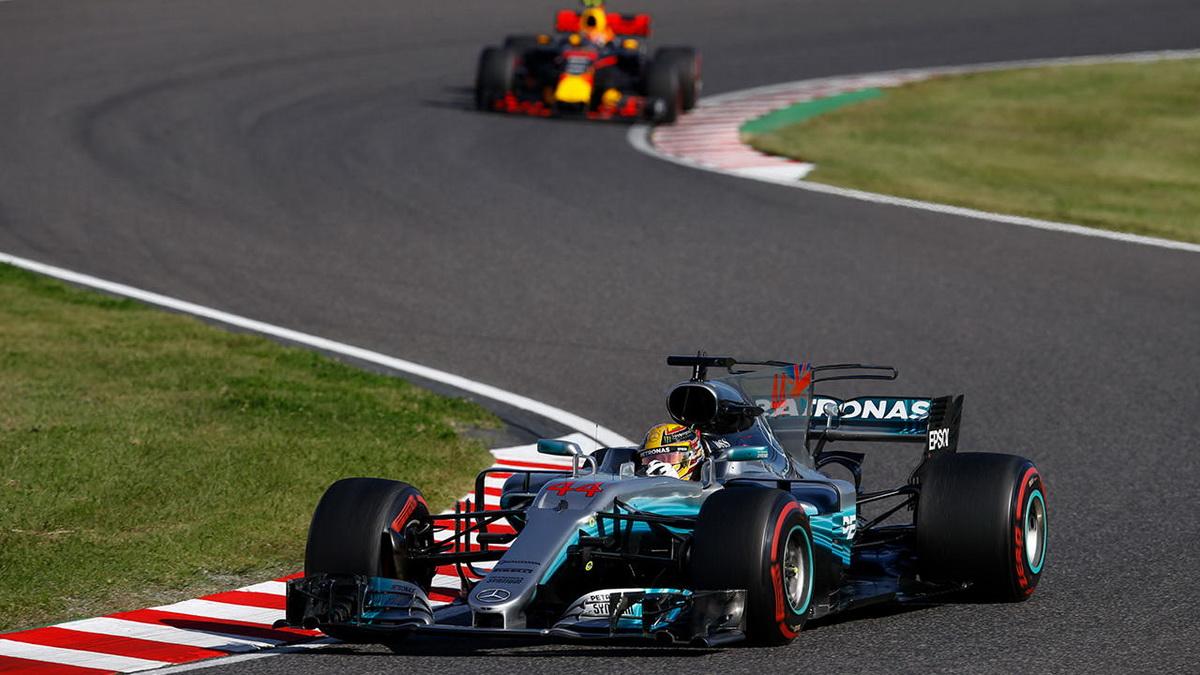 Lewis Hamilton起跑即一路領先,雖然後方Max Verstappen一路追趕,甚至在最後迫近至一秒內差距,但最終仍功虧一簣,眼睜睜看著Lewis Hamilton率先衝過終點.jpg