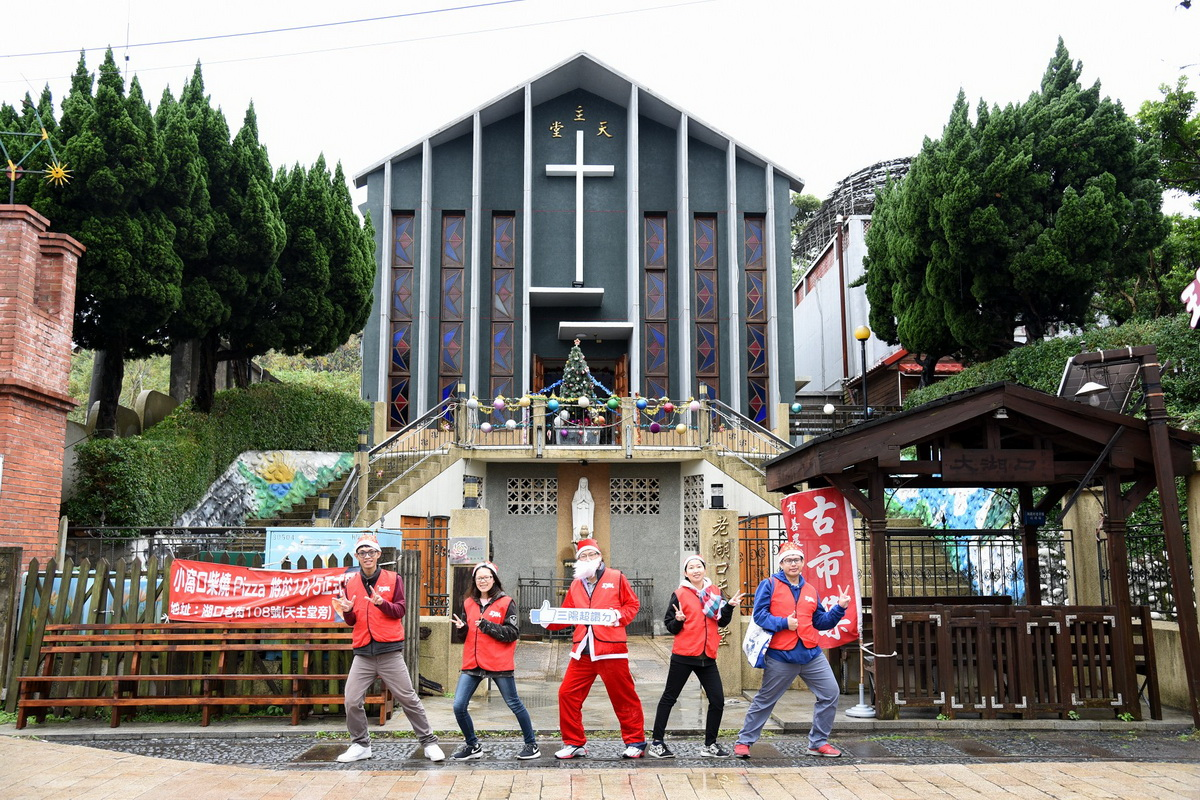 圖C  三陽志工「聖誕報佳音」擦亮反光鏡活動,現場氣氛溫馨和樂,期盼為大眾交通安全一份心力.JPG