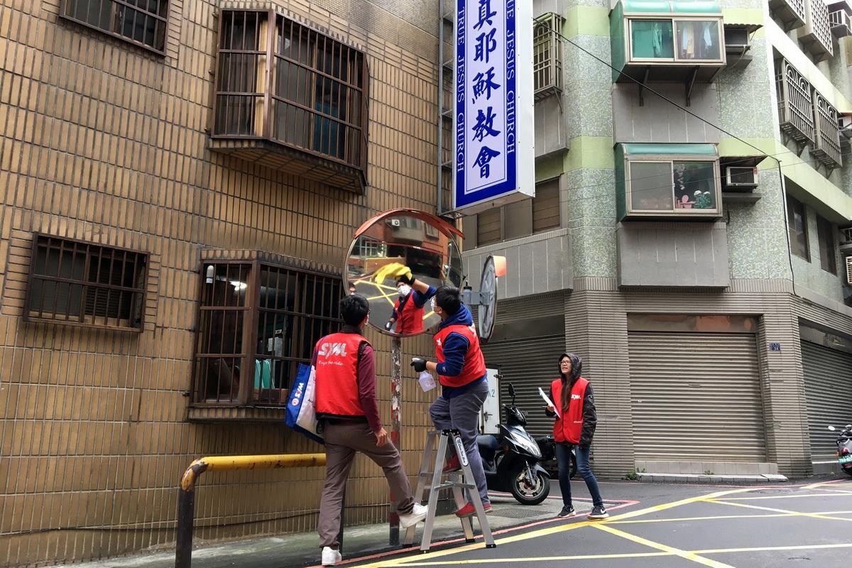 圖D 三陽SYM道路安全公益志工,於聖誕節前到教會周邊道路擦拭反光鏡.JPG