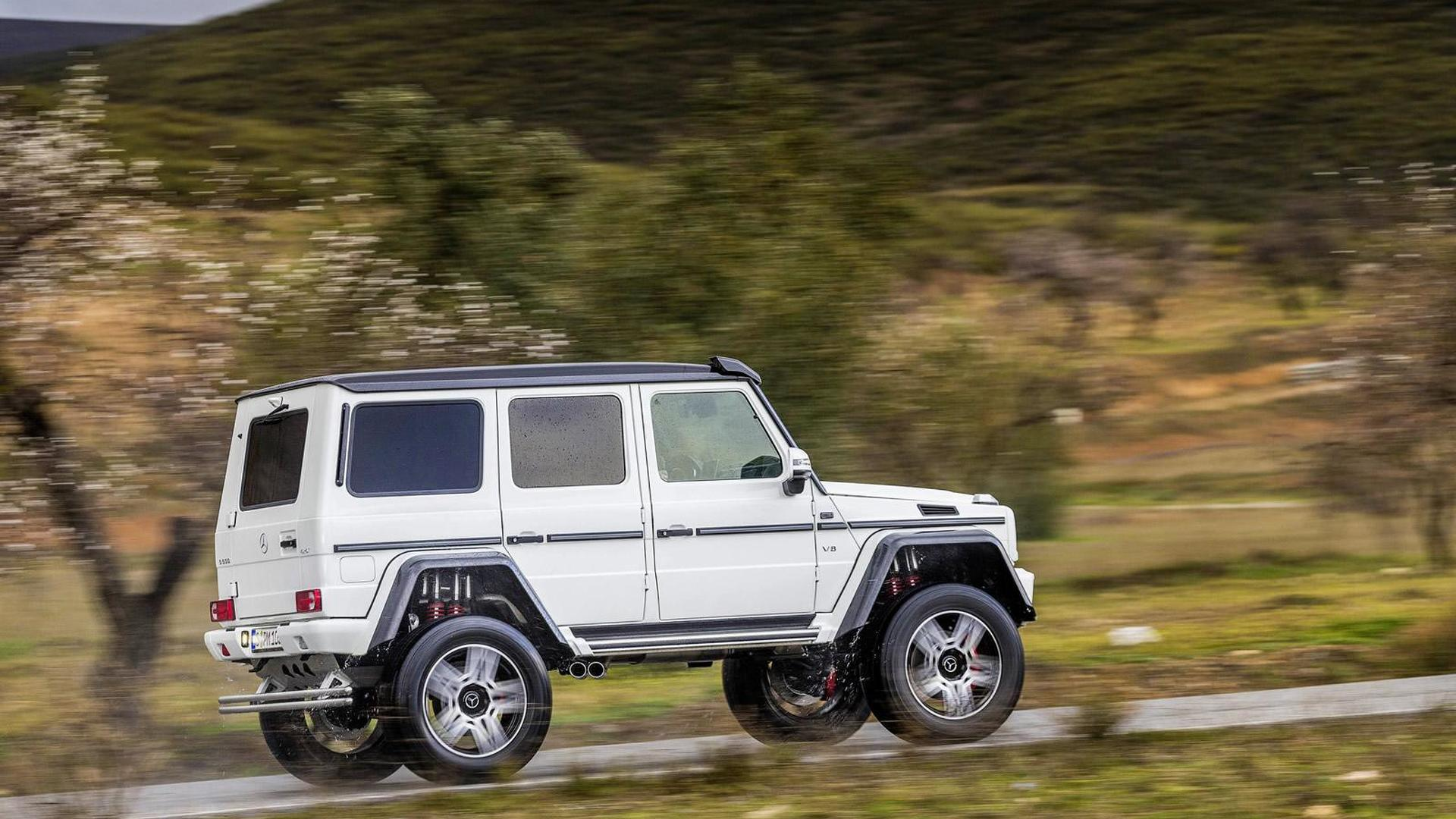 G500 44 是以 G63 AMG 6x6 的架構下改來的強化越野車型,底盤修改幅度相當大,不僅換上四只雙避震器並加高到450mm的離地間距來達到涉水強度達1000mm的成就,另外透過加寬299mm的輪距與 325/55 R22 的越野胎與 22吋強化鋁圈設定,最後再換上不輸給 Mercedes-AMG 63 系列的 4.0 V8 雙渦輪增壓引擎,最大馬力422hp、最大扭力 450 lb-ft 搭配三差速七速自動變速箱,讓 G500 44 已經可以攻克全球7成以上的艱難地形,說是半兩棲越野車都不為過