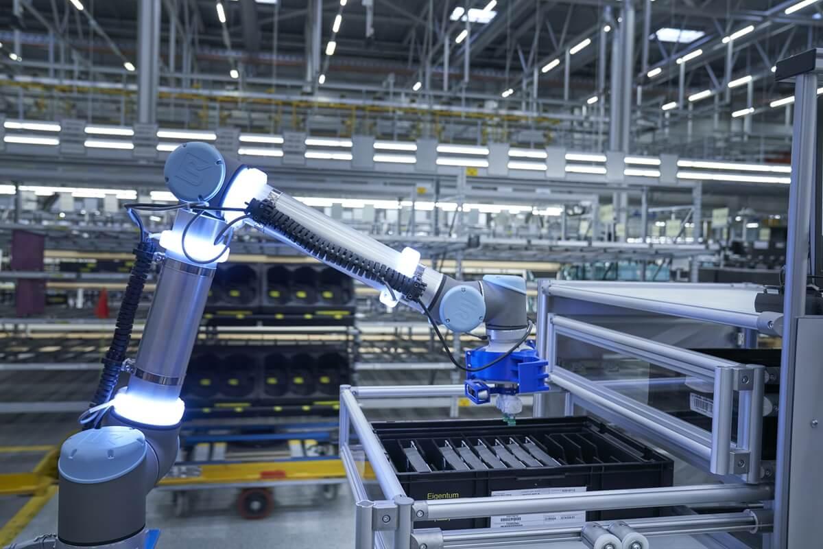 P90331203_highRes_logistics-robot-pick.jpg