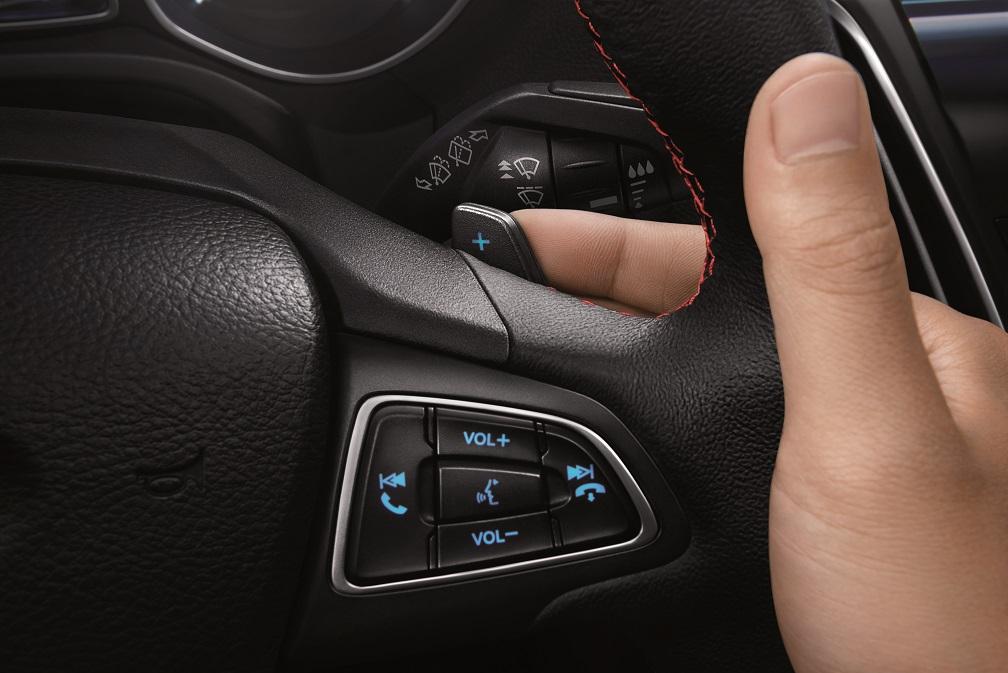 【圖三】New Ford Focus黑潮特仕版的方向盤換檔撥片 讓駕駛者雙手不用離開方向盤即可輕鬆轉換檔位 滿足車主對駕馭快感的追求.jpg