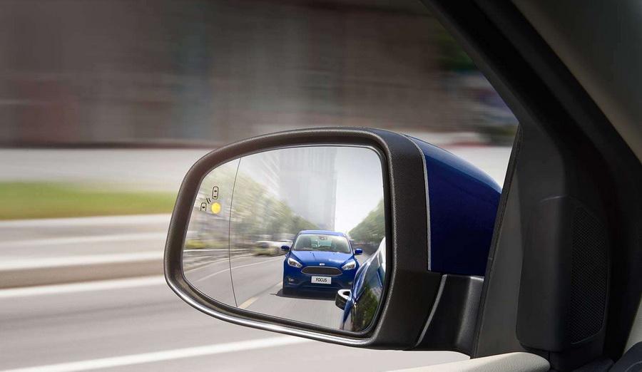 【圖三】BLIS®視覺盲點偵測系統,能透過後保險桿左右兩側內部的偵測雷達,探測後方的視覺死角。當後方來車進入死角時,後視鏡會亮橘黃色警示燈提醒告....jpeg