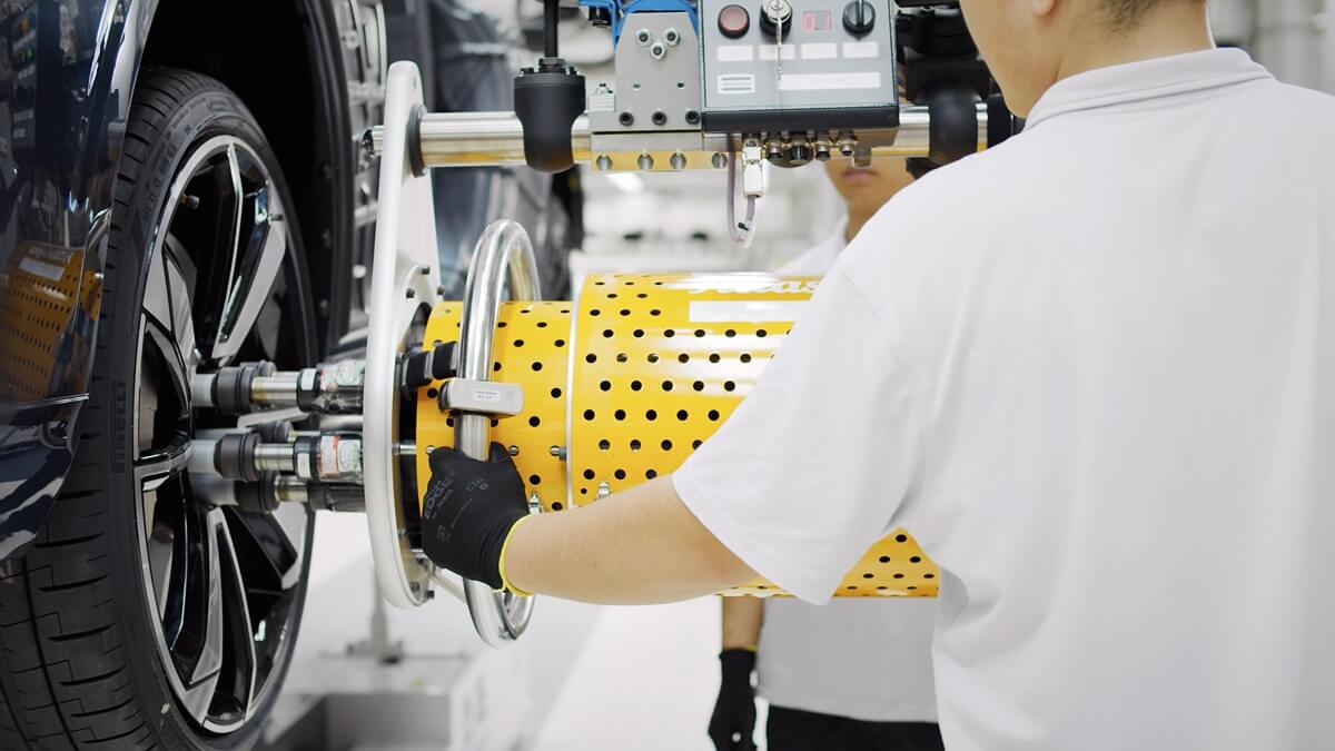 Polestar_Chengdu_Production_Centre_Polestar_1_014_Wheel_Fitment.jpg