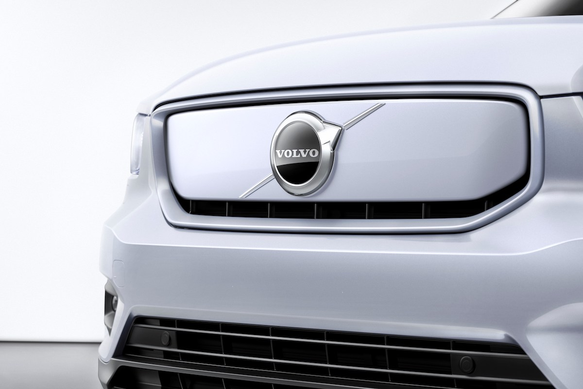 259195_Volvo_XC40_Recharge_P8_AWD_in_Glacier_Silver.jpg