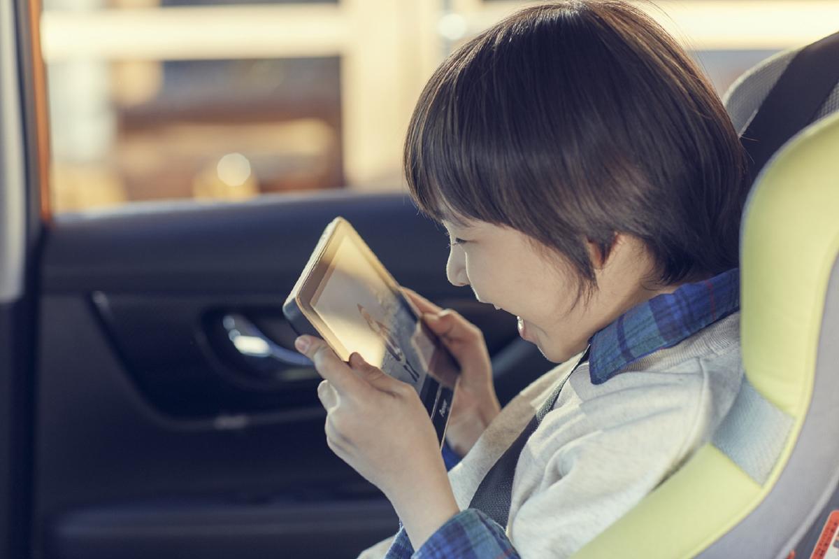 (圖3)Pioneer SPH-T20BT平板機突破過往車機只能在駕駛座上操作的限制,可拆式設計供副駕或後座乘客孩童在行車時使用,亦可隨身攜帶當成獨立智慧行動裝置用.jpg