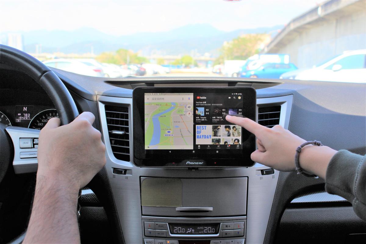 (圖5)Pioneer SPH-T20BT如同平板的分割畫面功能,供駕駛與副駕同步使用不同APP.JPG