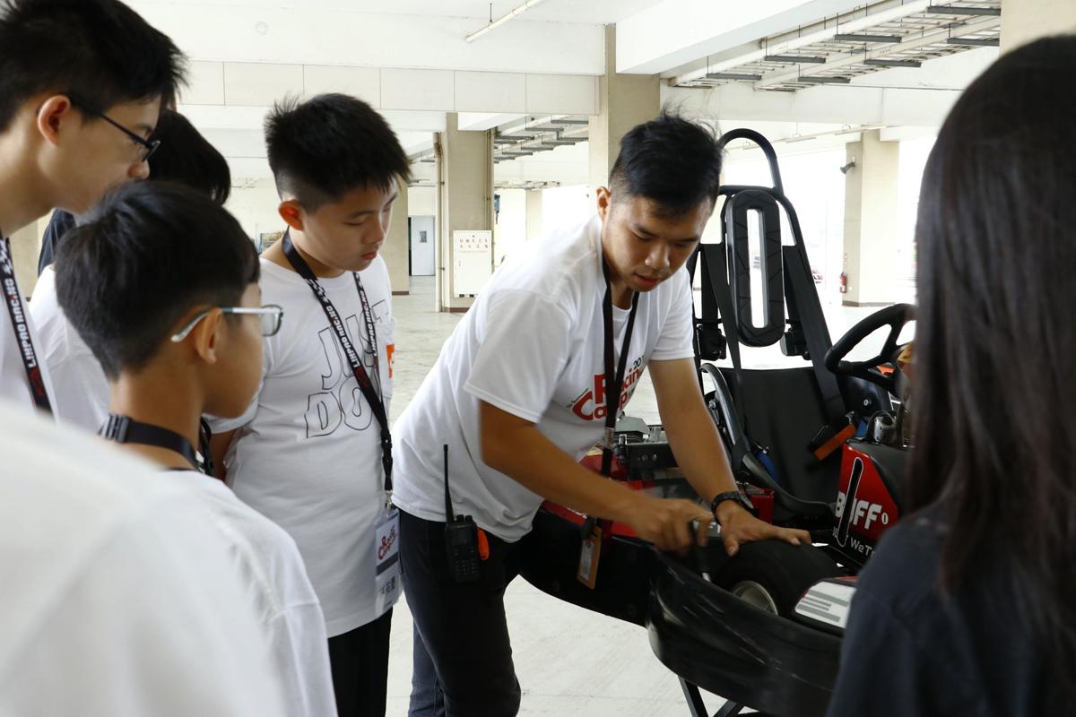 麗寶卡丁培訓夏令營採漸進式的教學模式安排專業技師為學員解說卡丁車的車體結構等課程豐富多元具教育性.jpg