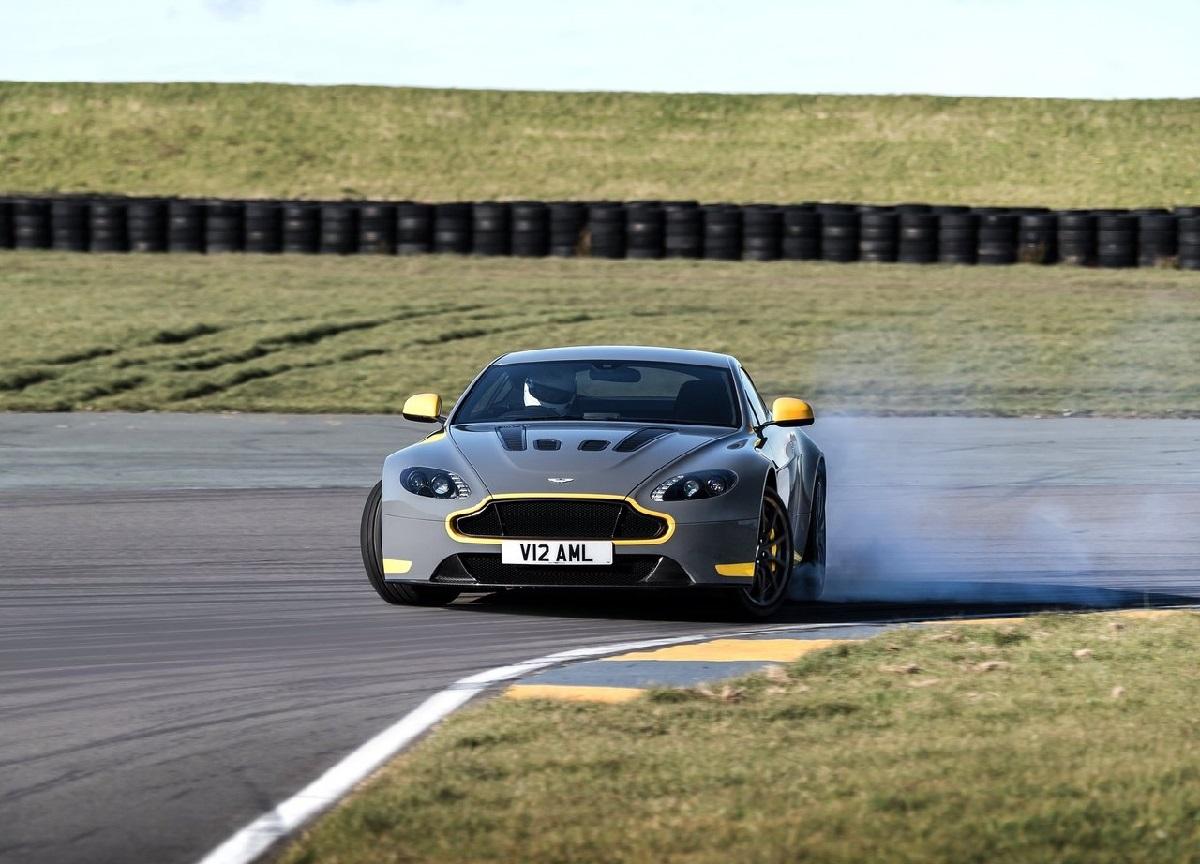 Aston_Martin-V12_Vantage_S_2017-2.jpg
