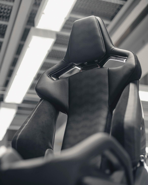 P90407150_highRes_carbon-bucket-seat-o.jpg