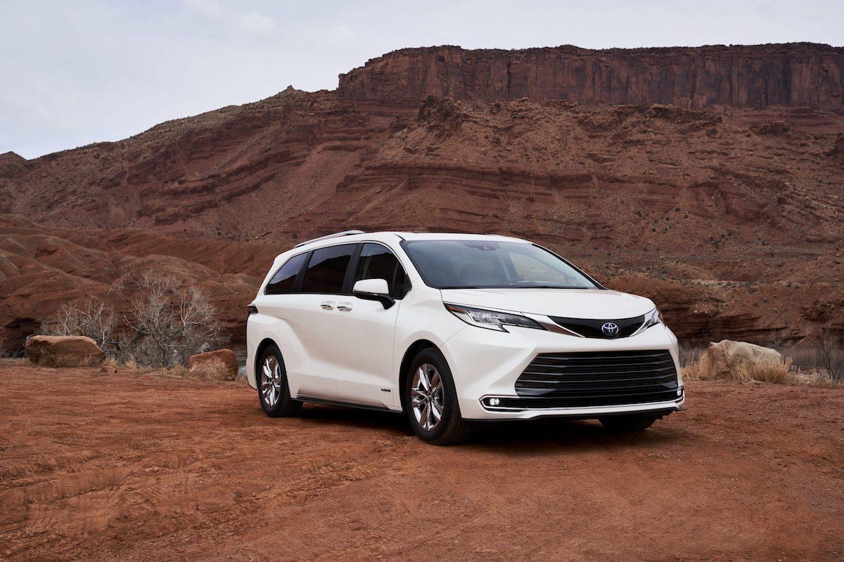 2021_Toyota_Sienna_Limited_02-scaled.jpg