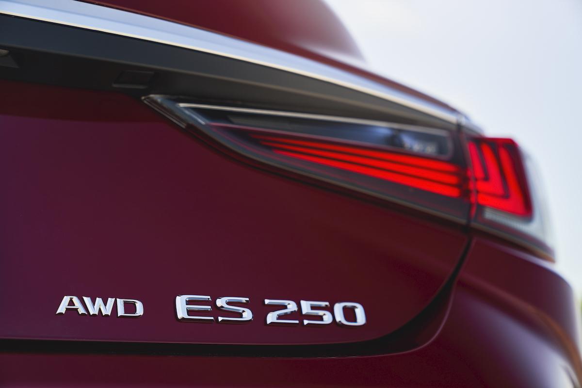 MY21_ES_250_AWD_LUXURY_023.jpg
