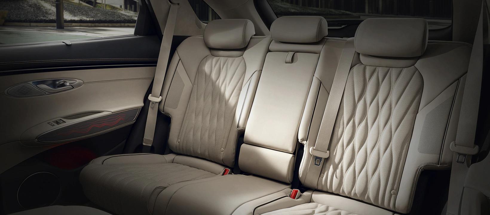 genesis-kr-technology-gv70-rear-seat-desktop-1640x720-ko.png