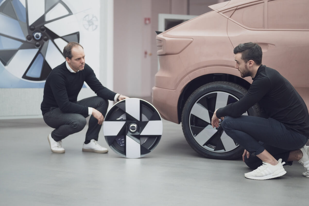 282484_Maxime_C_l_rier_left_compares_the_wheel_from_the_Volvo_360c_concept_car_to.jpg