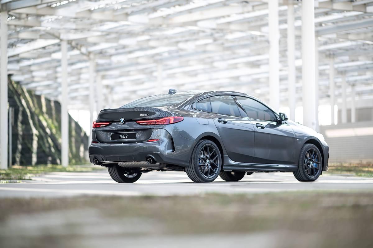 [新聞照片二] 18吋M款專屬深色V輻式輪圈搭配M款空力套件,凸顯全新BMW 220i Edition M的動感基因.jpg
