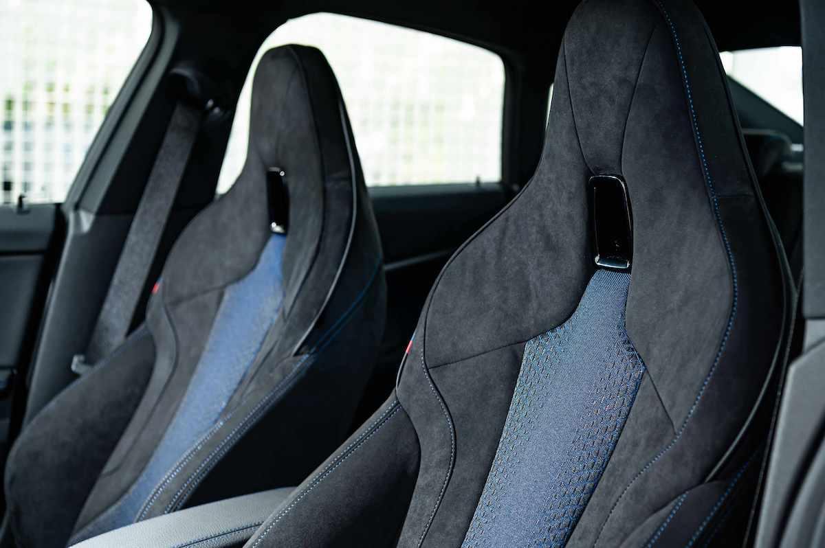 [新聞照片五] 極具熱血氛圍的M雙前座跑車座椅以Alcantara麂皮與高級織布材質打造,完美注入BMW M性能基因.jpg