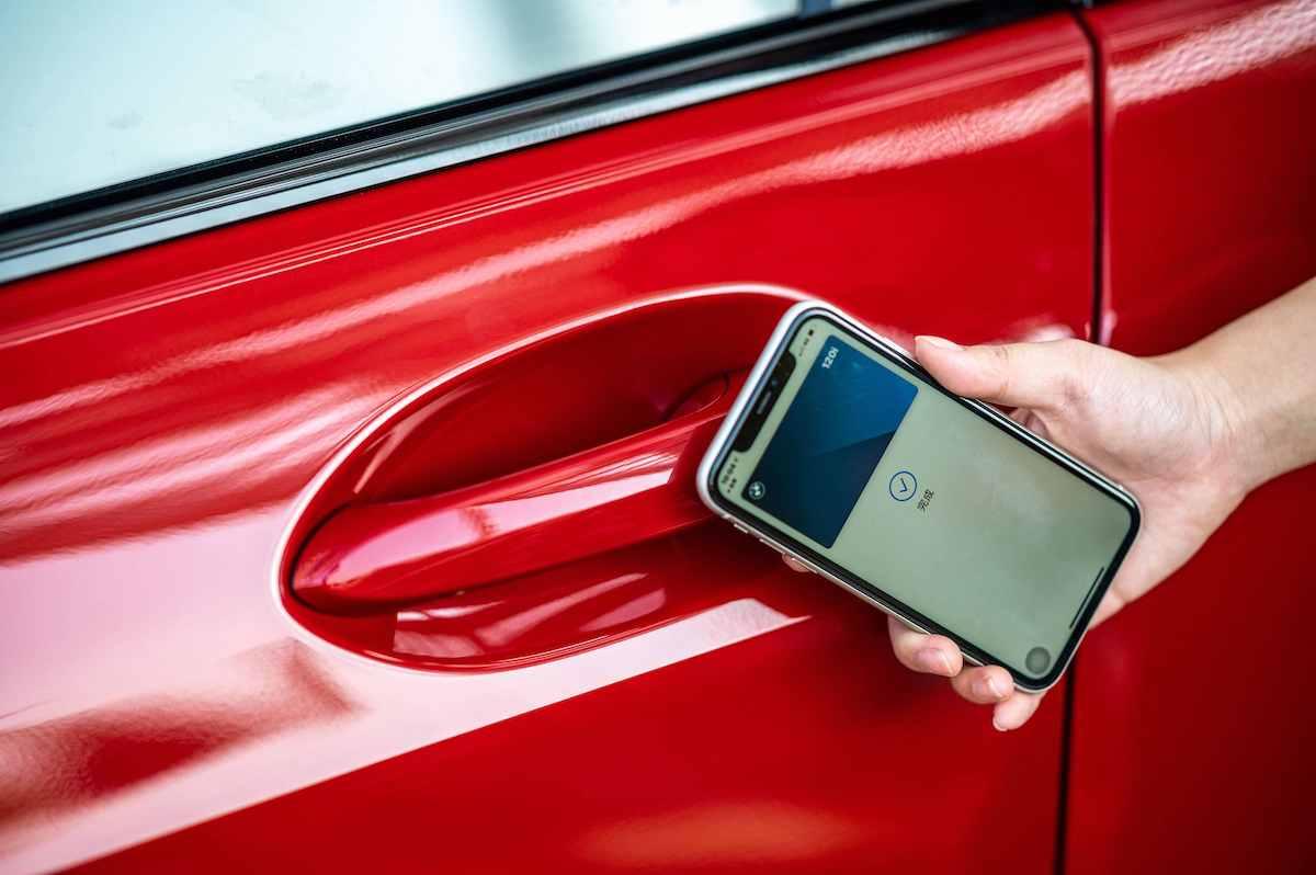 [新聞照片六] 領先業界的iPhone手機數位鑰匙搭配智慧Comfort Access免鑰匙系統,滿足車主多元的生活型態.jpg
