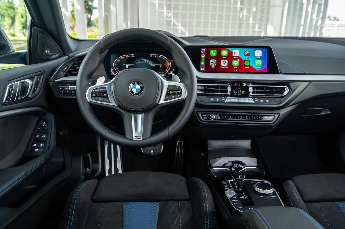 [新聞照片四] 前衛的BMW全數位虛擬座艙整合雙10.25吋虛擬數位儀錶及中控觸控螢幕,搭配智慧型手機無線整合系統(含Apple CarPlay及Android Auto),使愛車完美融入您數位化的生活型態.jpg