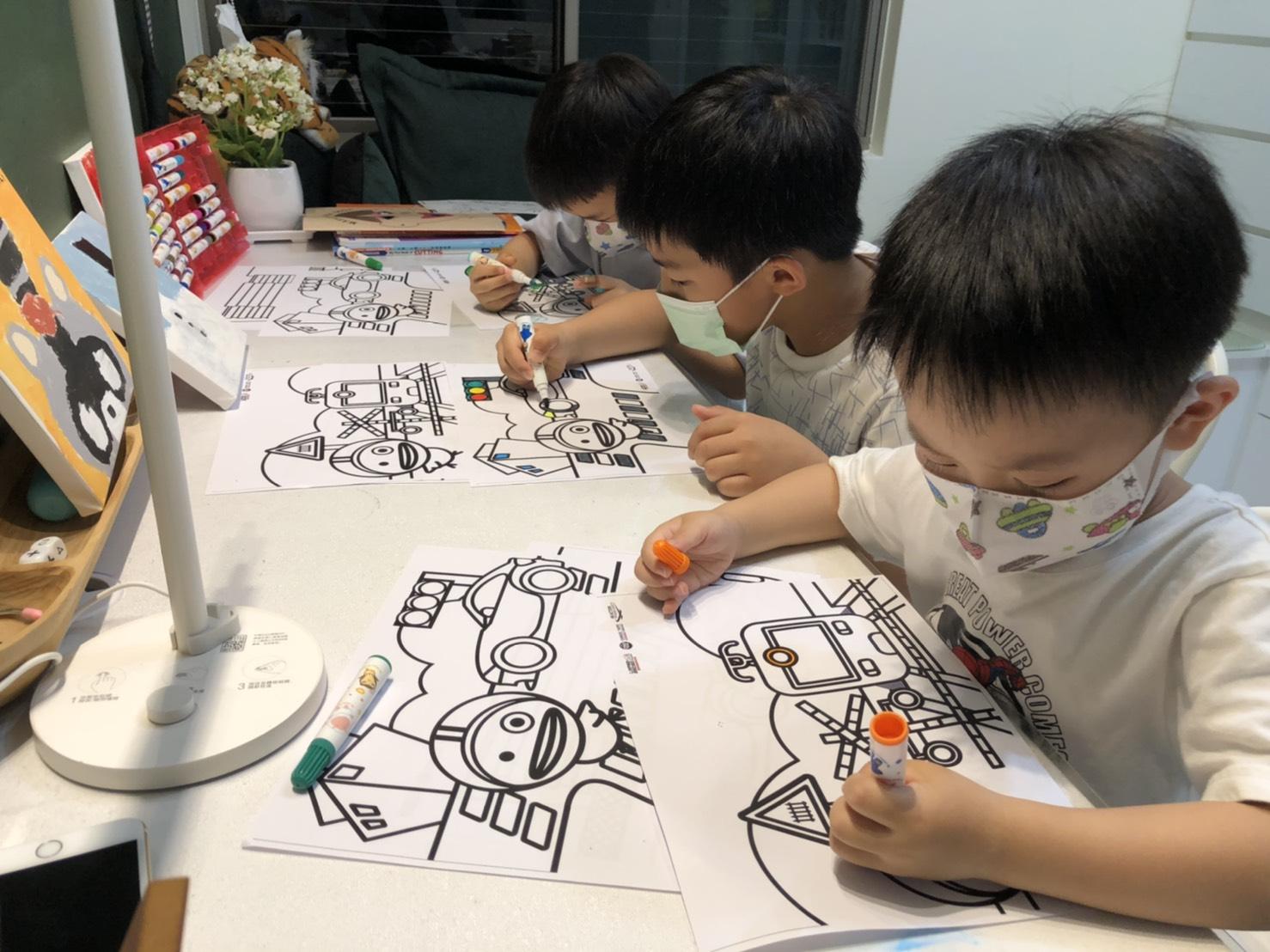 小朋友認真在中華車會道安著色圖上作畫,培養耐心與創造力.jpg