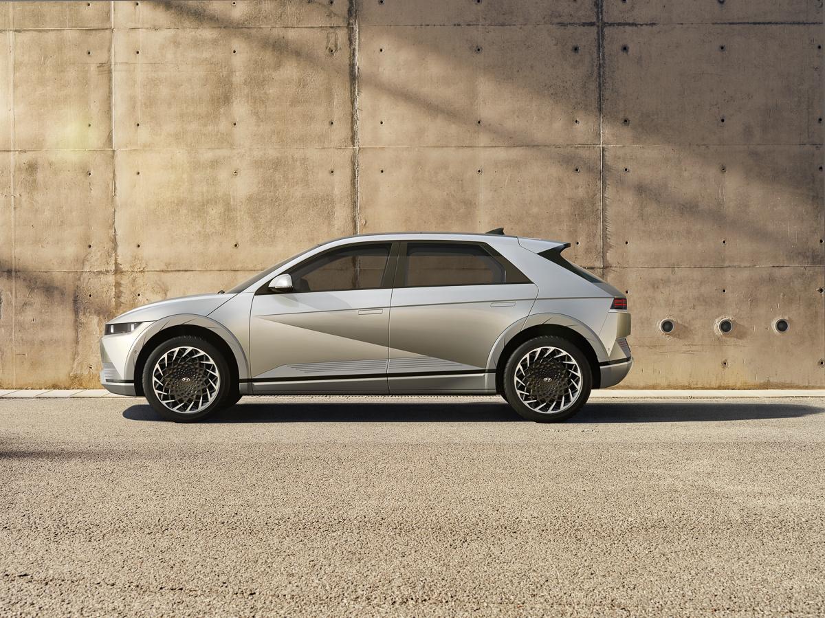Large-45018-HyundaiIONIQ5RedefinesElectricMobilityLifestyle.jpg
