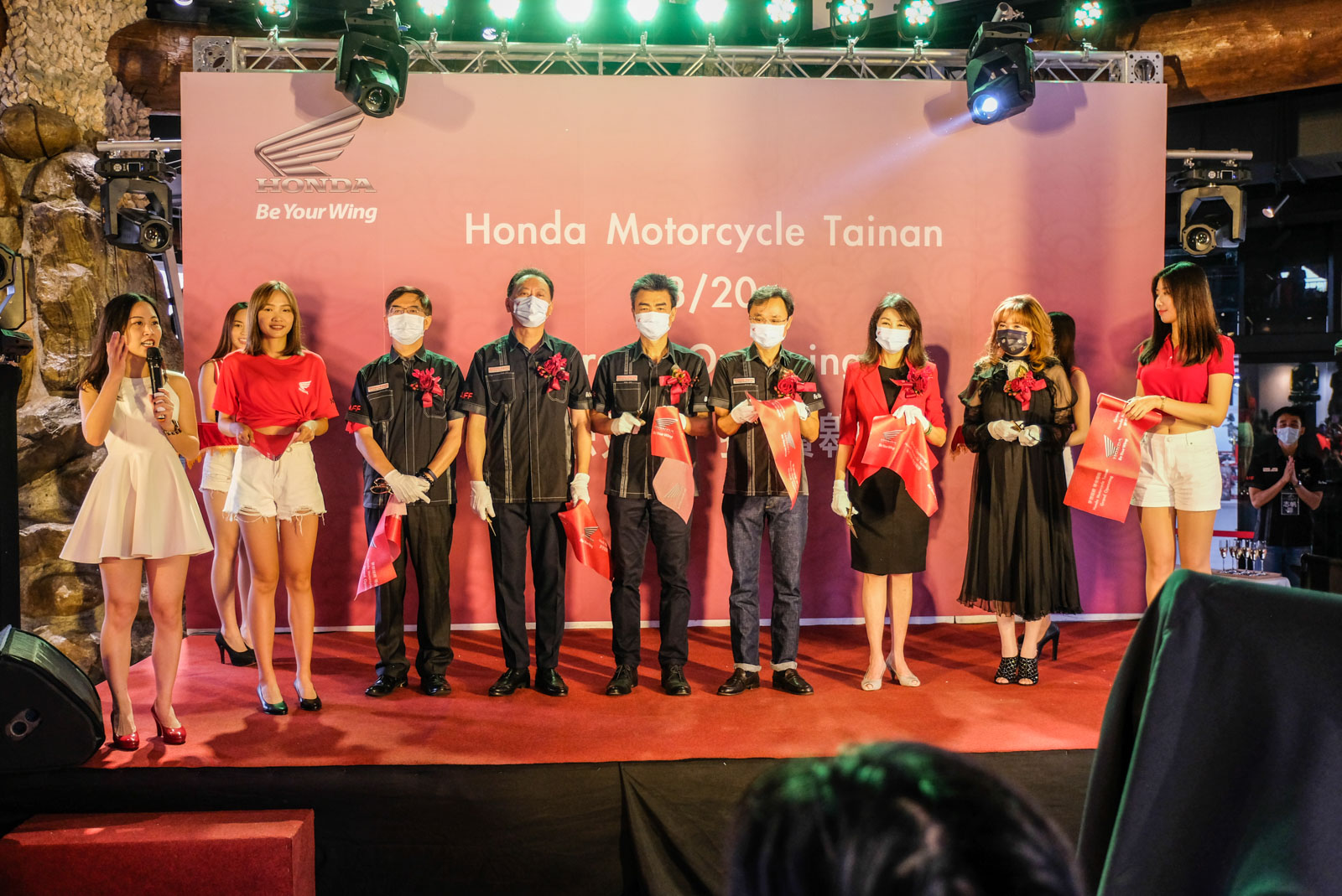 左至右 Honda Taiwan 顧客服務部 張英忠 部長 四輪營業部 暨 二輪事業部 李瑞宏 部長 隆陽汽車股份有限公司 謝建隆董事長 Honda Taiwan 董事長 豐田 誠.jpg